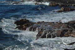Waves breaking on rocks Stock Photography