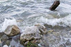 Waves breaking rocks Royalty Free Stock Photos