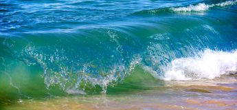 Waves breaking on the shore Royalty Free Stock Photography