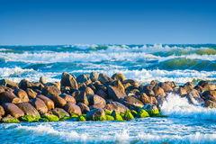 Waves breaking to stones Royalty Free Stock Images