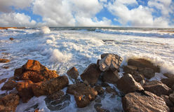 The waves crash against the rocks Royalty Free Stock Photography