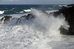 Waves crashing against cliffs Royalty Free Stock Photos