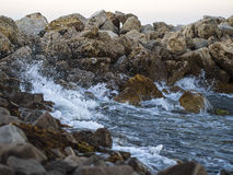 Waves crashing against the rocks Royalty Free Stock Photos
