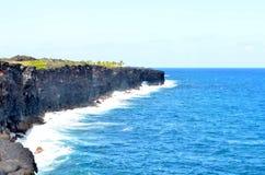 Waves crashing on coastline Royalty Free Stock Photo