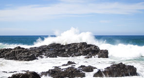 Waves crashing over rocks Royalty Free Stock Photos