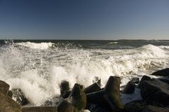 Waves crashing into rocks Royalty Free Stock Photos