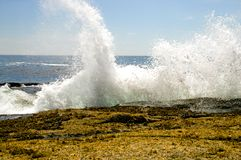 Waves crashing on rocks Royalty Free Stock Photography