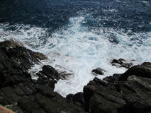 Waves crashing on the rocks Royalty Free Stock Photos