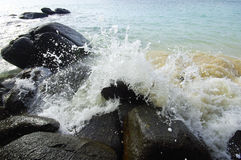 Waves crushing into the rocks Royalty Free Stock Photos