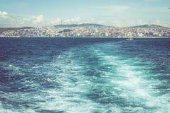 waves för vatten för höger sida för bild för copyspace för bakgrundsblackcontrast cyan höga Royaltyfri Foto