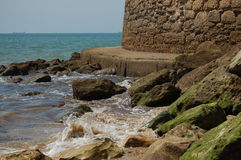 Waves hitting the rocks Royalty Free Stock Images