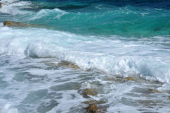 Waves på en shoreline Arkivfoto