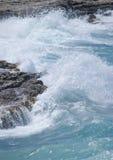 Waves på rocksna Royaltyfri Foto