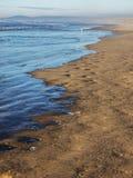 Waves på sandig strand Royaltyfria Foton