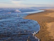 Waves på sandig strand Royaltyfri Fotografi