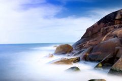 Waves at rocky cliff Royalty Free Stock Photos
