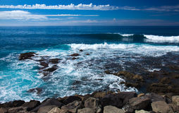 Waves by the rocky shore Royalty Free Stock Photos