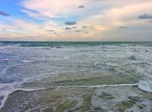 Waves, sky and foam Royalty Free Stock Photos