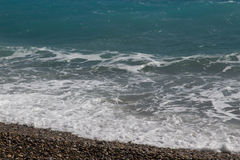 Waves som bryter på en strand royaltyfri bild