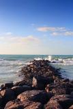 Waves som bryter på stenig strand Royaltyfria Foton