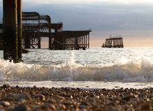 Waves som bryter på strand arkivbild