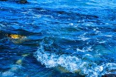 Waves som bryter på, vaggar royaltyfria foton