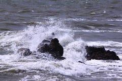 Waves som bryter på, vaggar Arkivfoto