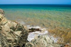 Waves som bryter på, vaggar royaltyfri bild