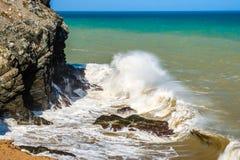 Waves som bryter på, vaggar royaltyfri foto