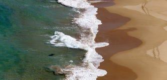 Waves som bryts sanden Arkivbilder