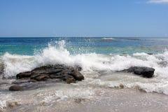 Waves som går över klippor i Atlanticet Ocean Fotografering för Bildbyråer