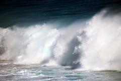 Waves som skummar på rocksna Royaltyfria Bilder