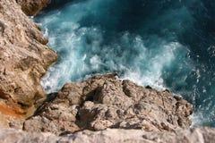 Waves som slår rocksna Royaltyfri Foto