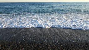 Wavesb étonnant sur la plage de Varazze Image stock