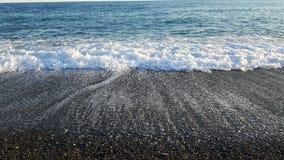 Wavesb étonnant sur la plage de Varazze Photos stock
