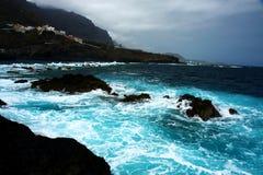 Wavs et littoral pendant la tempête Photographie stock libre de droits
