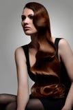 Wavy frisyr. Kvinna med härligt hår. royaltyfri fotografi