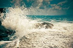 Wawe salpica horizonte de la tormenta del mar Imágenes de archivo libres de regalías