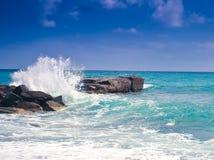 Wawe salpica horizonte de la tormenta del mar Imagen de archivo