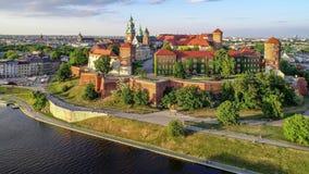 Wawel城堡、大教堂和维斯瓦河,克拉科夫,波兰在春天 空中录影 股票录像