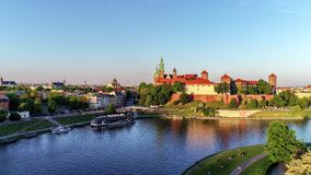 Wawel城堡、大教堂和维斯瓦河,克拉科夫,波兰在春天 空中录影 股票视频