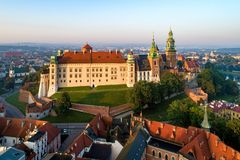 Wawel城堡和大教堂在克拉科夫,波兰 在日出的鸟瞰图 免版税库存照片