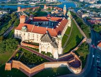 Wawel城堡和大教堂在克拉科夫,波兰 在日出的鸟瞰图 免版税库存图片