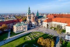 Wawel大教堂在克拉科夫,秋天的波兰 在秋天的鸟瞰图我 免版税库存照片