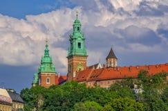 Wawel大教堂耸立和博物馆大厦看法  库存图片