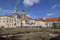 Wawel小山的游人在Wawel大教堂,克拉科夫,波兰前 库存照片
