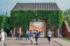Wawel皇家城堡,进入宫殿复合体主闸的游人 免版税库存图片