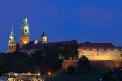 Wawel är ett stärkt arkitektoniskt komplex som resas upp på det vänstra bet Arkivbilder