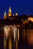Wawel är ett stärkt arkitektoniskt komplex som resas upp på det vänstra bet Royaltyfri Bild