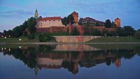 Wawel architecturale complex bij Vistula-Rivier in Krakau stock video